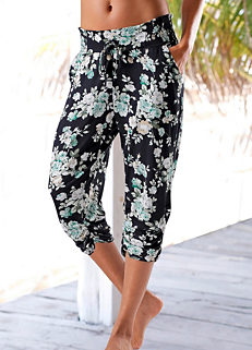 69e4805c3bd0 Black Floral Printed Capri Trousers by s.Oliver